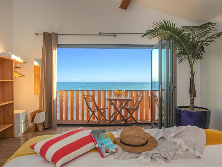 main bedroom with sea view and balconies over the sea
